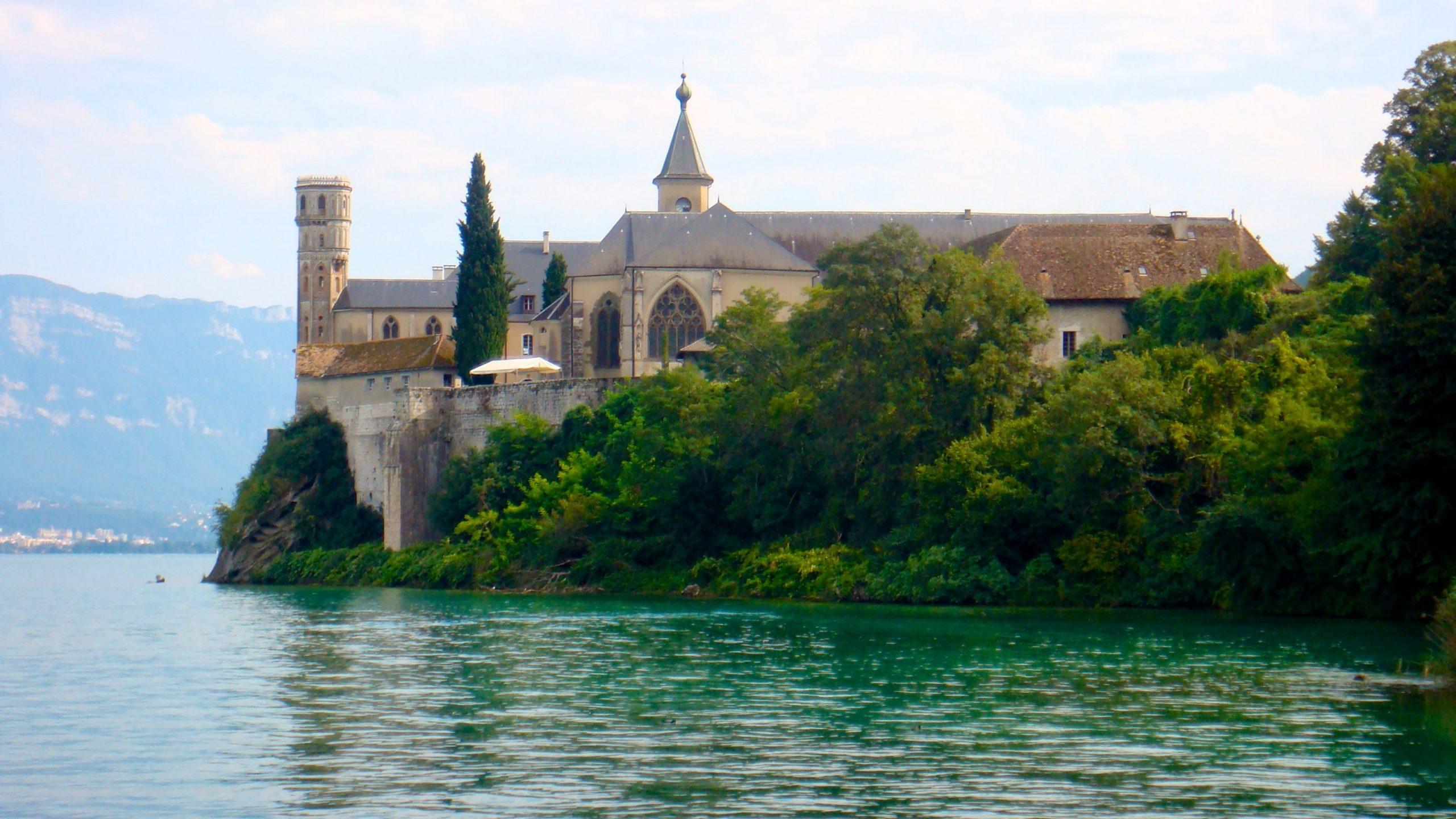 Photo de l'abbaye royale d'Hautecombe sur le lac du Bourget