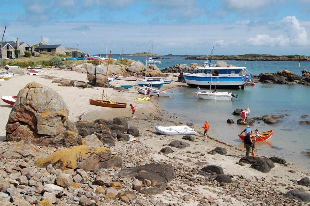 Famille sur une plage de l'île de Chausey