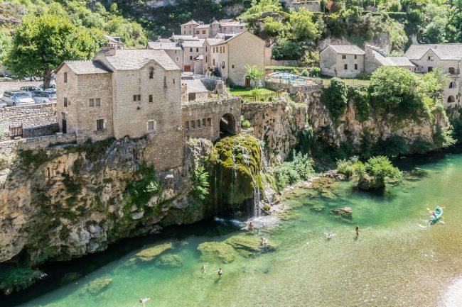 Village de Saint-Chély-du-Tarn avec sa rivière et coin baignade