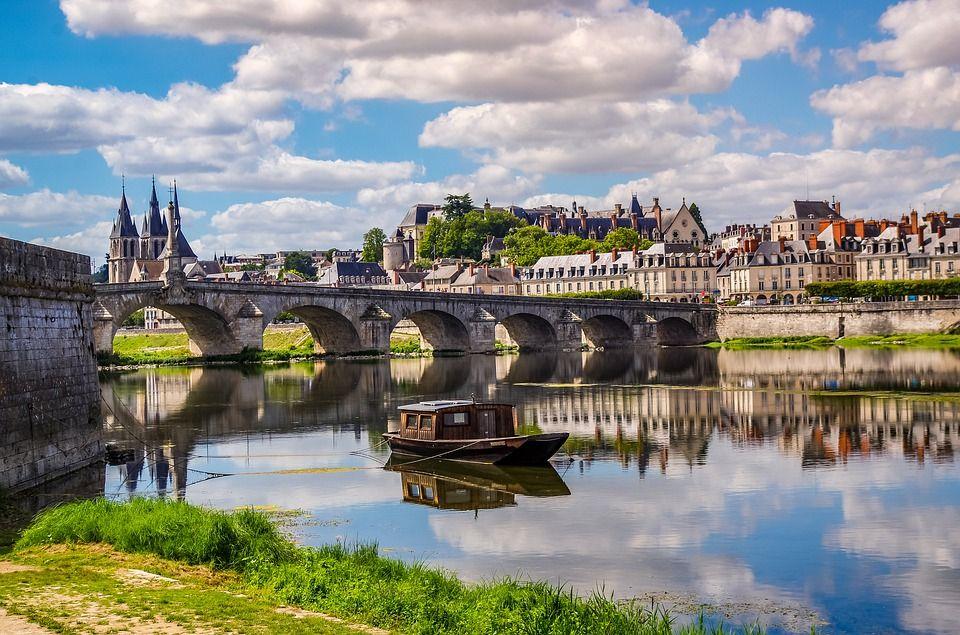 Bords de la Loire et pont dans la ville de Blois