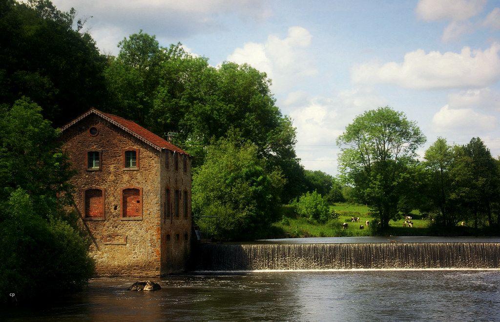 Rivière et barrage sur les bords de la Mayenne