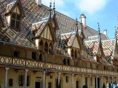 Les incontournables Hospices de Beaune font la fierté des Bourguignons. Son architecture et ses tuiles colorées attirent chaque année de nombreux visiteurs car on y trouve aujourd'hui un musée.