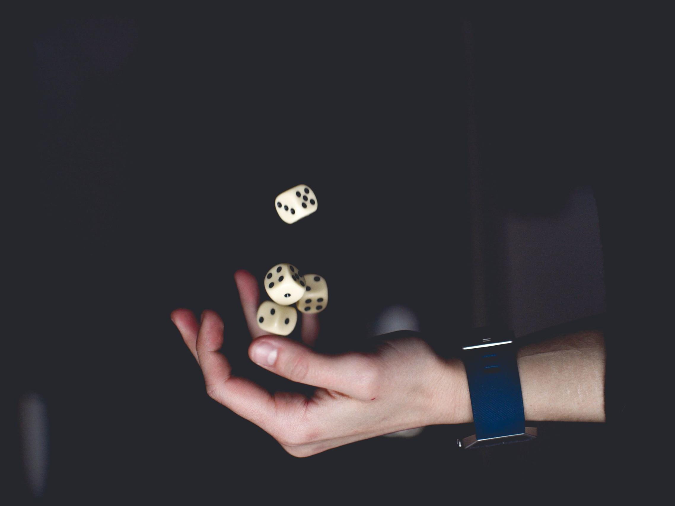 Écrivez vos destinations de rêve sur des petits papiers, mettez-les dans un chapeau et laissez une main innocente choisi